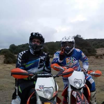 Amici durante un tour enduro in Sardegna