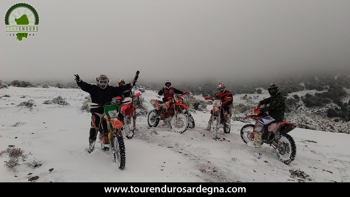 Un momento del nostro giro con le moto da enduro sulla neve in Sardegna