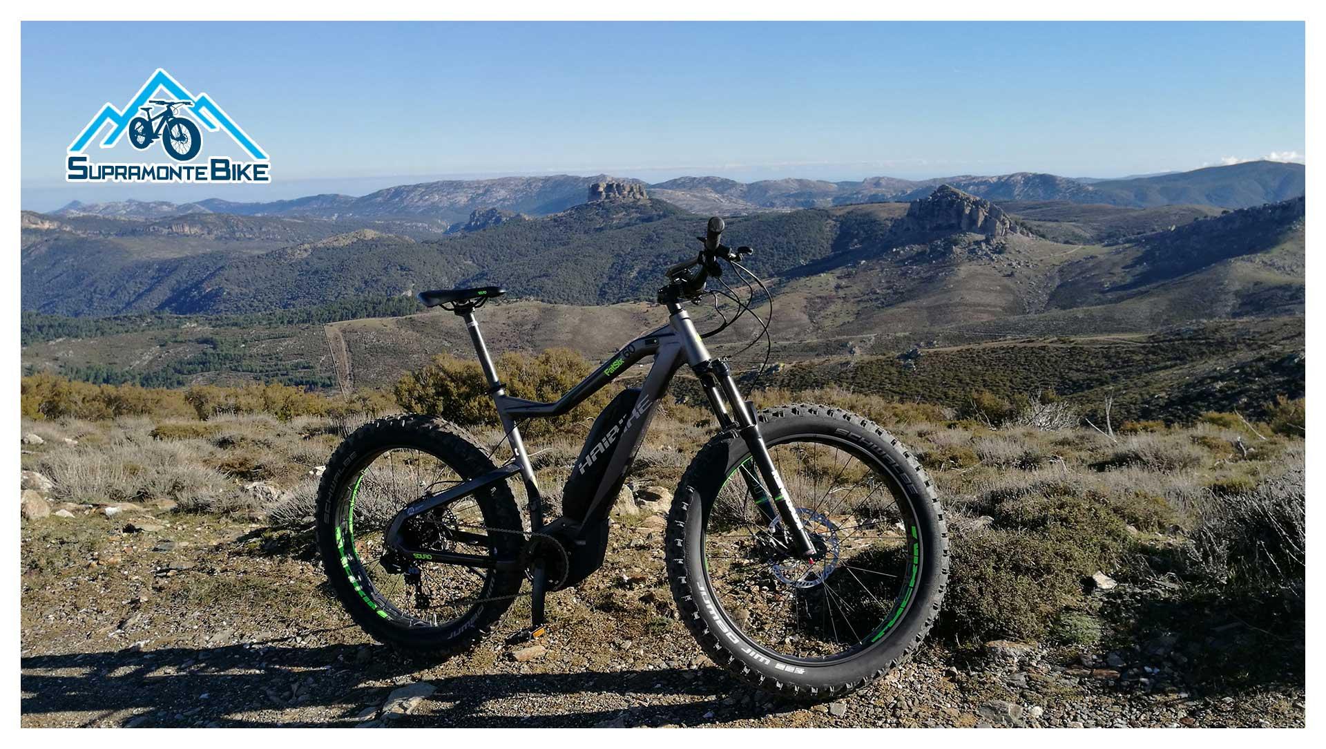 Una E-Bike del parco bici Supramonte Bike, con lo sfondo della Barbagia