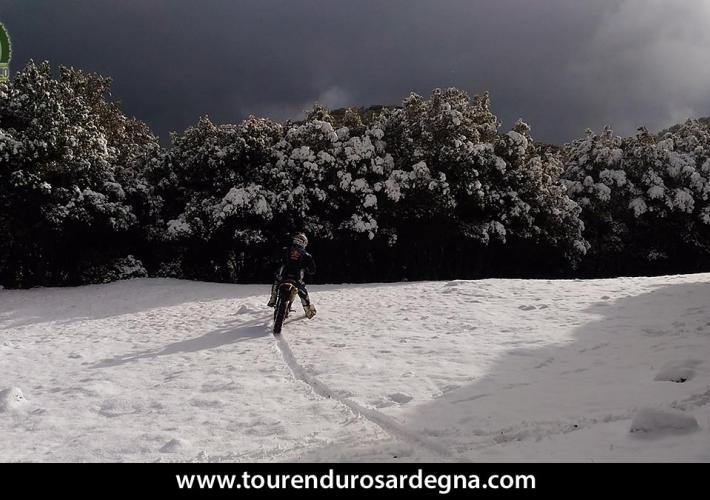 Enduro sulla neve in Sardegna, tour ed escursioni per moto offroad con guida del posto