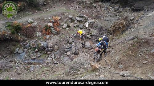 Tour Enduro Sardegna dalla barbagia all''ogliastra: discesa con le moto a spinte
