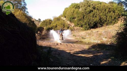 Itinerario enduro in Sardegna: guado in impennata