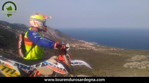 Bellissimo scorcio sul mare durante l'arrivo a Cala Gonone enduro in Sardegna